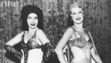 Modelki w ekstrawaganckich strojach plażowych. Modelka z lewej w kostiumie z obszyciem tiulowym i wyszywanymi aplikacjami. Modelka z prawej w wyciętym kostiumie z pelerynką, 1926-1931.